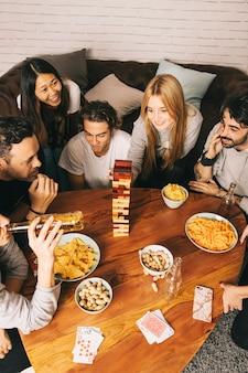 Gruppe gute freunde, die tabletopspiel spielen