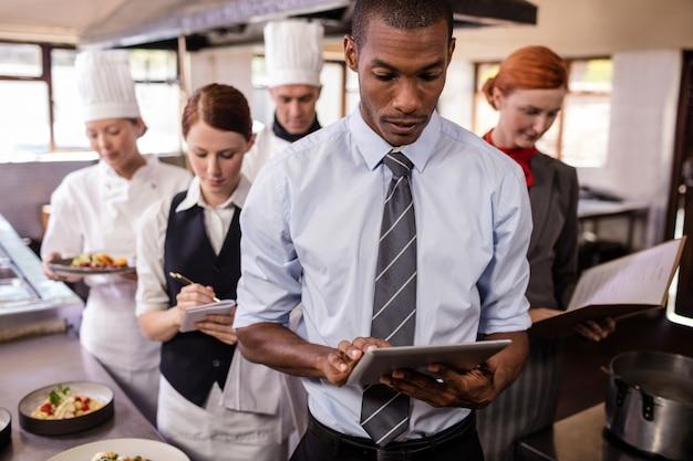 Gruppe hotelpersonal, das in der küche arbeitet