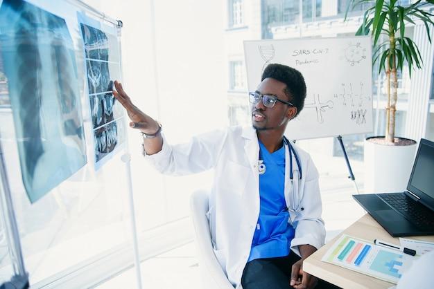 Gruppe ilnternatiomaler ärzte oder praktikanten mit mentorentreffen und notizen im krankenzimmer.
