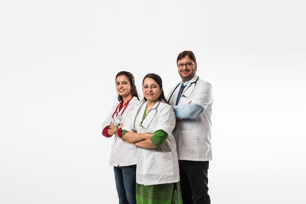 Gruppe indischer ärzte, männlich und weiblich, isoliert auf weißem hintergrund, selektiver fokus
