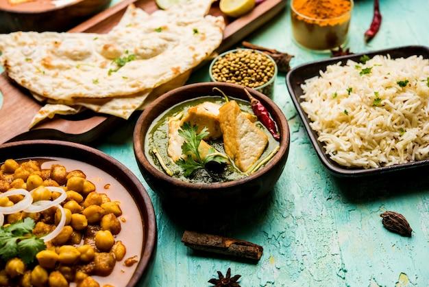 Gruppe indischer speisen wie palak paneer butter masala, choley oder chola und black eyed kidney beans curry mit naan und reis