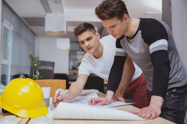 Gruppe ingenieure, die im büro zusammenarbeiten