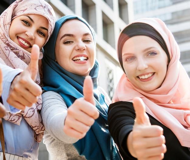 Gruppe islamische frauen, die oben gestikulieren