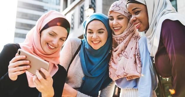 Gruppe islamische frauen, die zusammen selfie nehmen