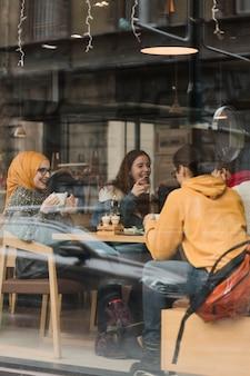 Gruppe jugendliche, die einen kaffee trinken