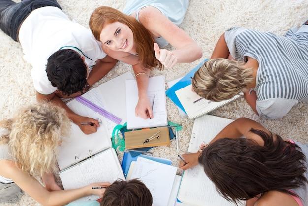 Gruppe jugendliche, die zusammen studieren
