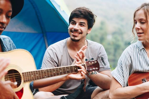 Gruppe junge erwachsene freunde im campingplatz