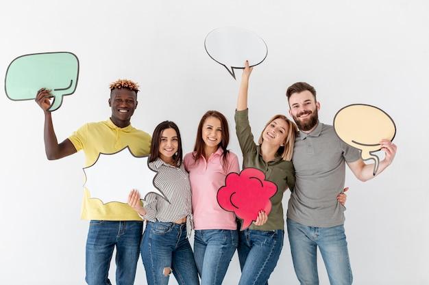 Gruppe junge freunde, die chatblase halten