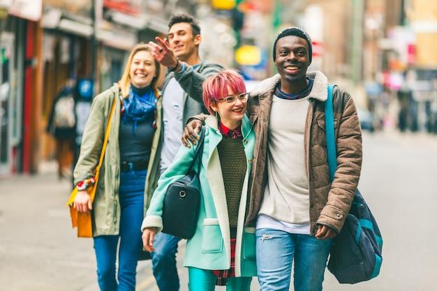 Gruppe junge freunde, die in london gehen