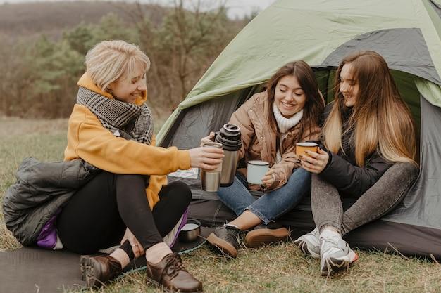 Gruppe junge freundinnen, die tee trinken