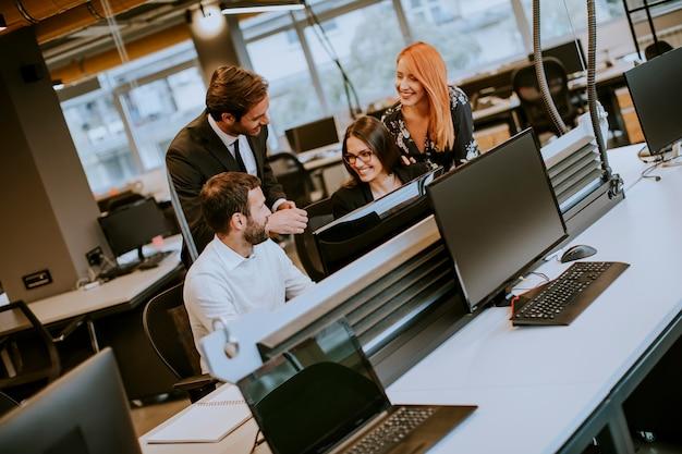 Gruppe junge geschäftsleute arbeiten zusammen mit tischrechner