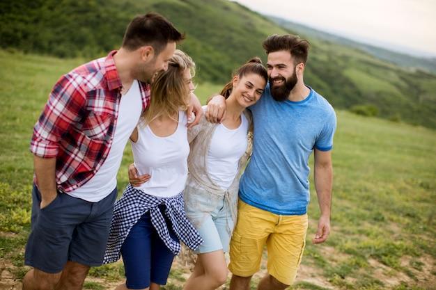 Gruppe junge leute, die auf dem sommergebiet gehen