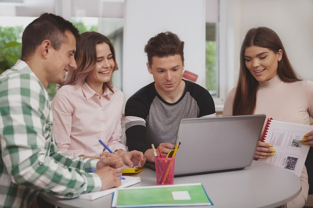 Gruppe junge leute, die zusammen am collegeklassenzimmer studieren