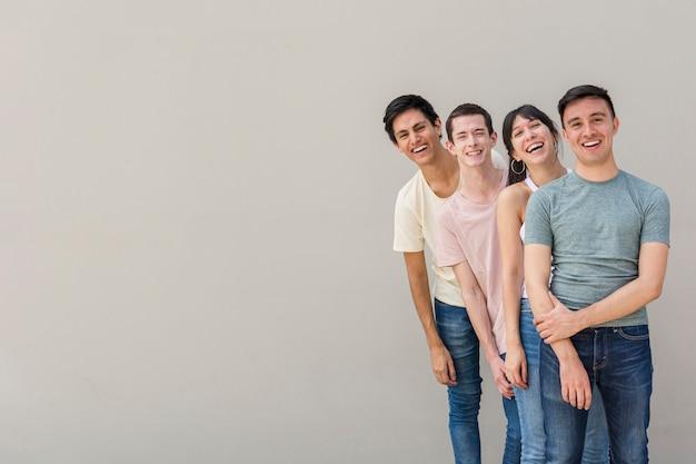 Gruppe junge leute glücklich zusammen
