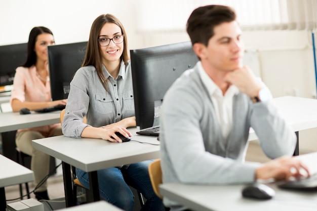 Gruppe junge leute im ausbildungskurs im klassenzimmer