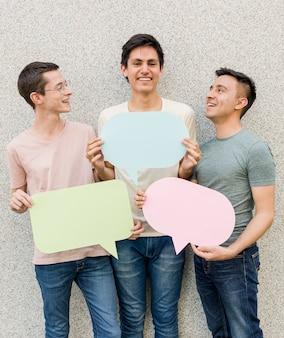 Gruppe junge männer, die spracheblasen halten