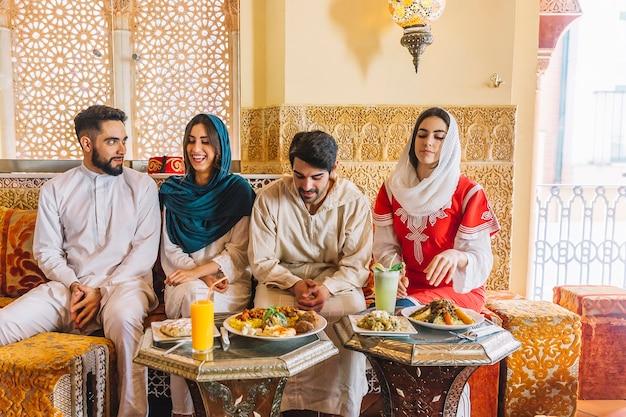 Gruppe junge moslemische freunde in der gaststätte