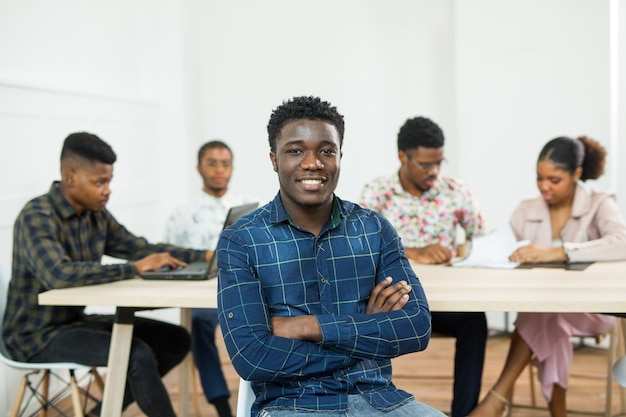 Gruppe junger afrikanischer leute, die im amt arbeiten
