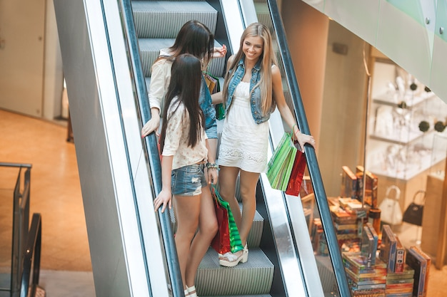 Gruppe junger attraktiver frauen, die einkaufen machen