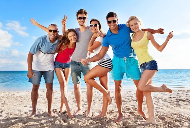 Gruppe junger erwachsener, die am strand feiern