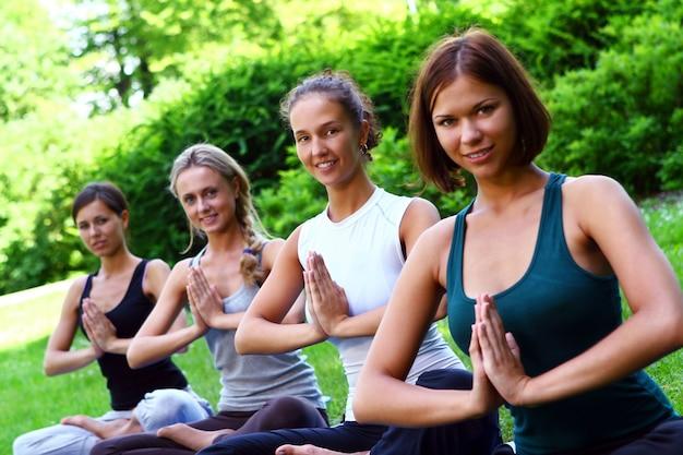 Gruppe junger frauen, die fitnessübungen machen