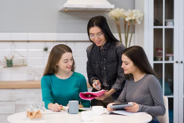 Gruppe junger frauen, die zu hause zusammenarbeiten