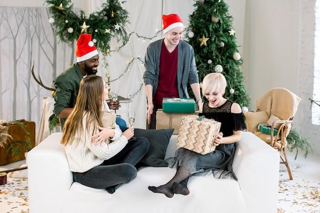 Gruppe junger freunde, die spaß an einer neujahrsfeier haben