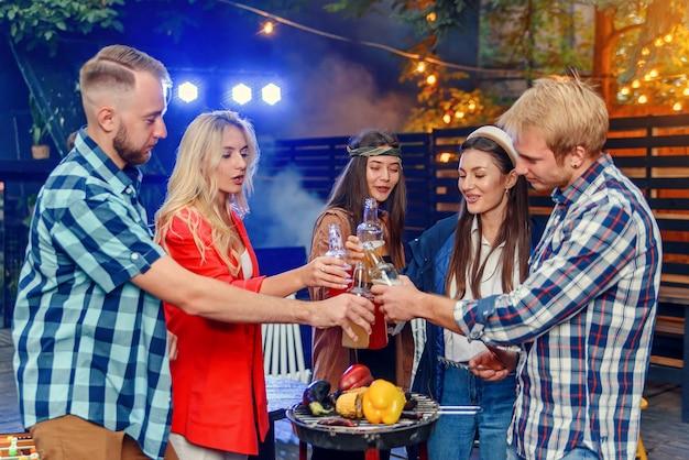 Gruppe junger freunde, die spaß an einer sommerparty am pool haben, bier trinken und mehr freunde einladen, sich ihnen anzuschließen