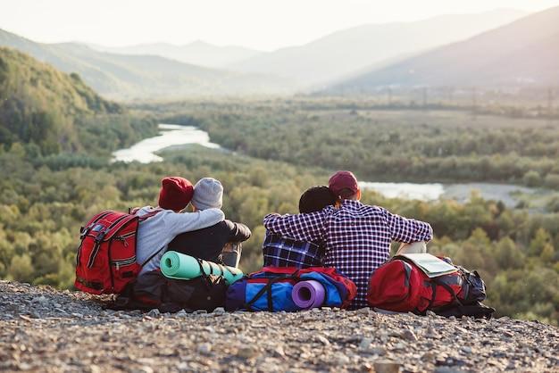Gruppe junger freunde, die zusammen in den bergen reisen.