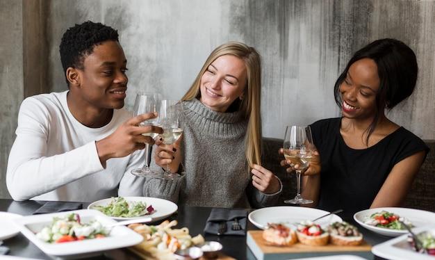 Gruppe junger freunde, die zusammen zu abend essen