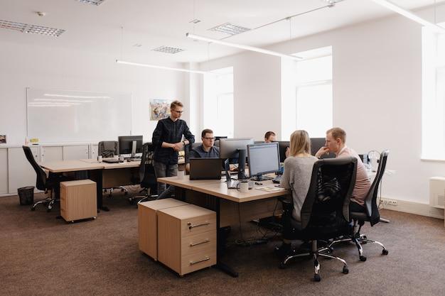 Gruppe junger geschäftsleute, die im büro arbeiten