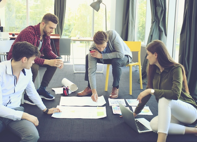 Gruppe junger geschäftsleute. sie arbeiten an einem neuen projekt. startup-konzept.