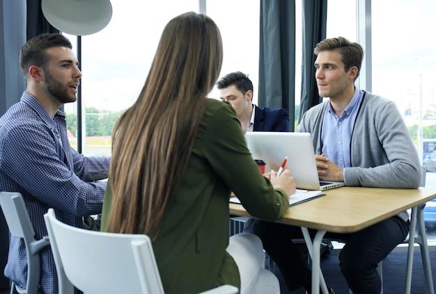 Gruppe junger geschäftsleute und designer. sie arbeiten an einem neuen projekt. startup-konzept.