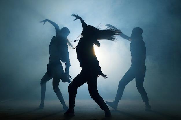 Gruppe junger hip-hop-tänzer, die auf der bühne auftreten.