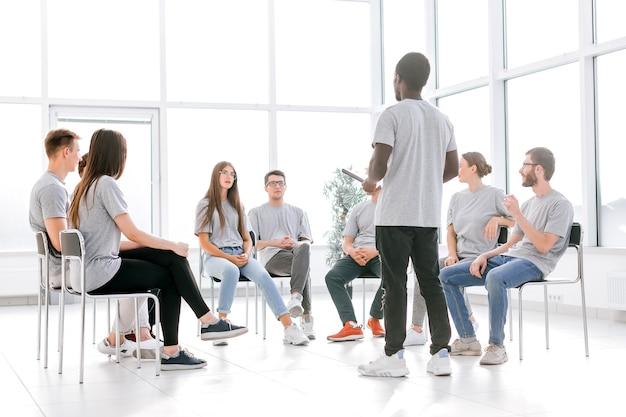 Gruppe junger leute, die bei einer kaufmännischen ausbildung applaudieren. wirtschaft und bildung