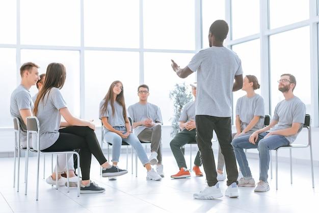 Gruppe junger leute, die bei einer kaufmännischen ausbildung applaudieren