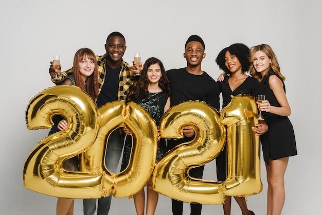 Gruppe junger leute, die goldene zahlen halten