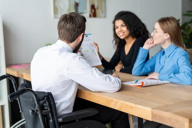 Gruppe junger leute, die im büro zusammenarbeiten