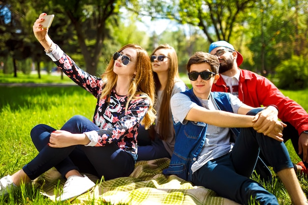 Gruppe junger leute, die spaß im freien haben. lächelnde gesichter. nette stimmung. sommerlicher lebensstil