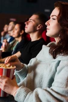 Gruppe junger leute im kino