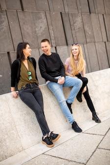 Gruppe junger leute in wien, österreich