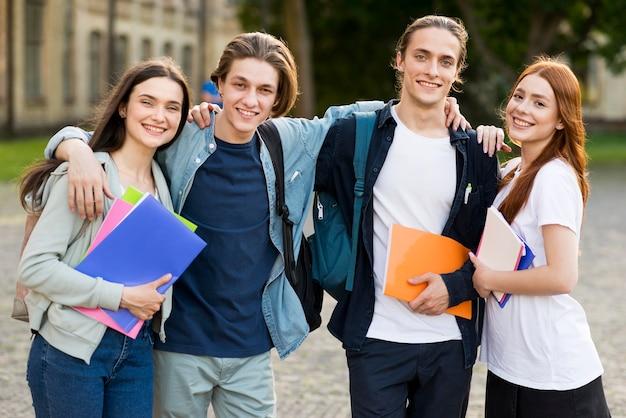 Gruppe junger studenten, die sich freuen, wieder vereint zu sein