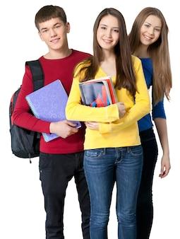 Gruppe junger studenten, die zusammen lehrbuch und notizbuch tragen