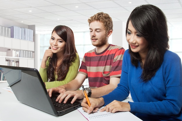 Gruppe junger studenten