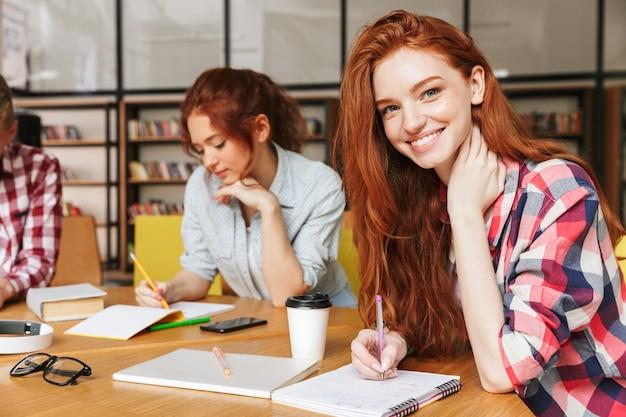 Gruppe junger teenager, die hausaufgaben machen