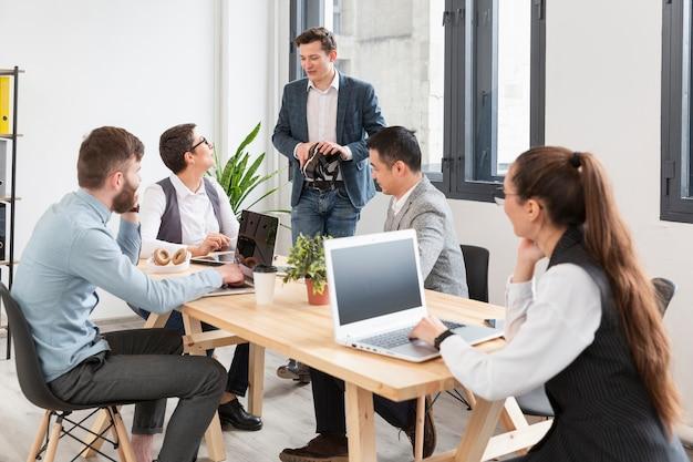 Gruppe junger unternehmer, die zusammenarbeiten