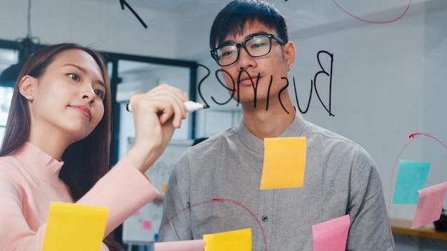 Gruppe junger unternehmer und geschäftsfrau, die zusammenarbeiten, um ideen zu sammeln