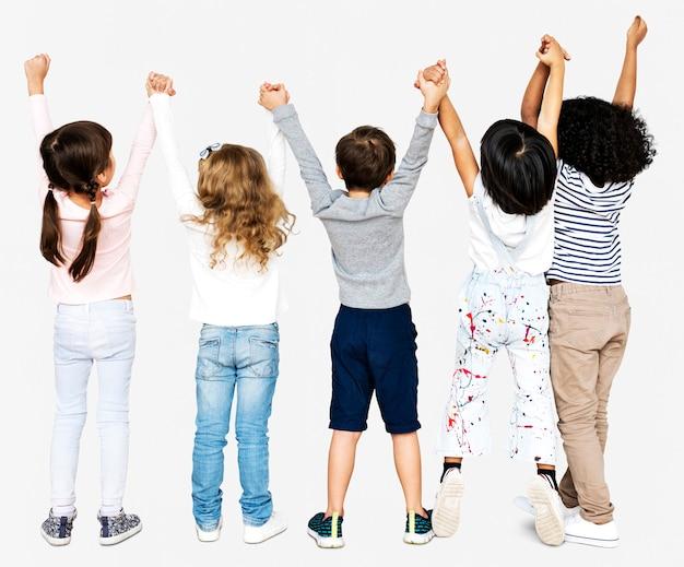 Gruppe kinder, die hände anhalten