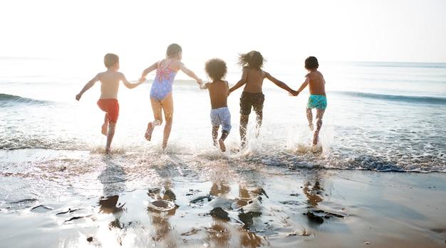 Gruppe kinder, die ihre zeit am strand genießen