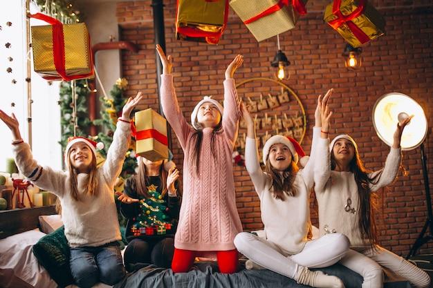 Gruppe kinder, die mit geschenken sitzen sitzen